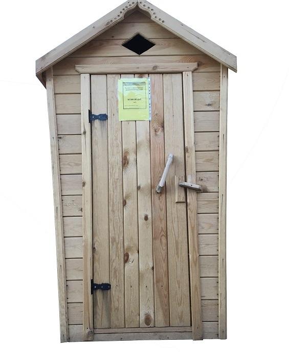 Туалет с двухскатной деревянной крышей - фото